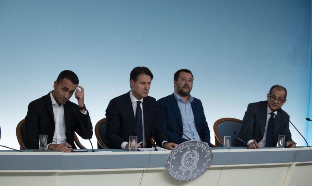 Il ministro del Lavoro e dello Sviluppo Economico Luigi Di Maio con il presidente del consiglio Giuseppe Conte,  il ministro dell'interno Matteo Salvini, durante la conferenza stampa a Palazzo Chigi. Roma, 15 ottobre 2018 ANSA/MASSIMO PERCOSSI